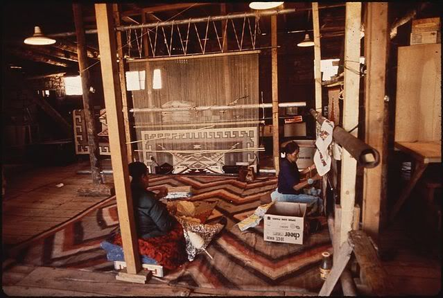 800px-NAVAJO_WOMEN_WEAVE_A_RUG_AT_THE_HUBBEL_TRADING_POST_FIRST_TRADING_POST_ON_THE_NAVAJO_RESERVATION_-_NARA_-_544416